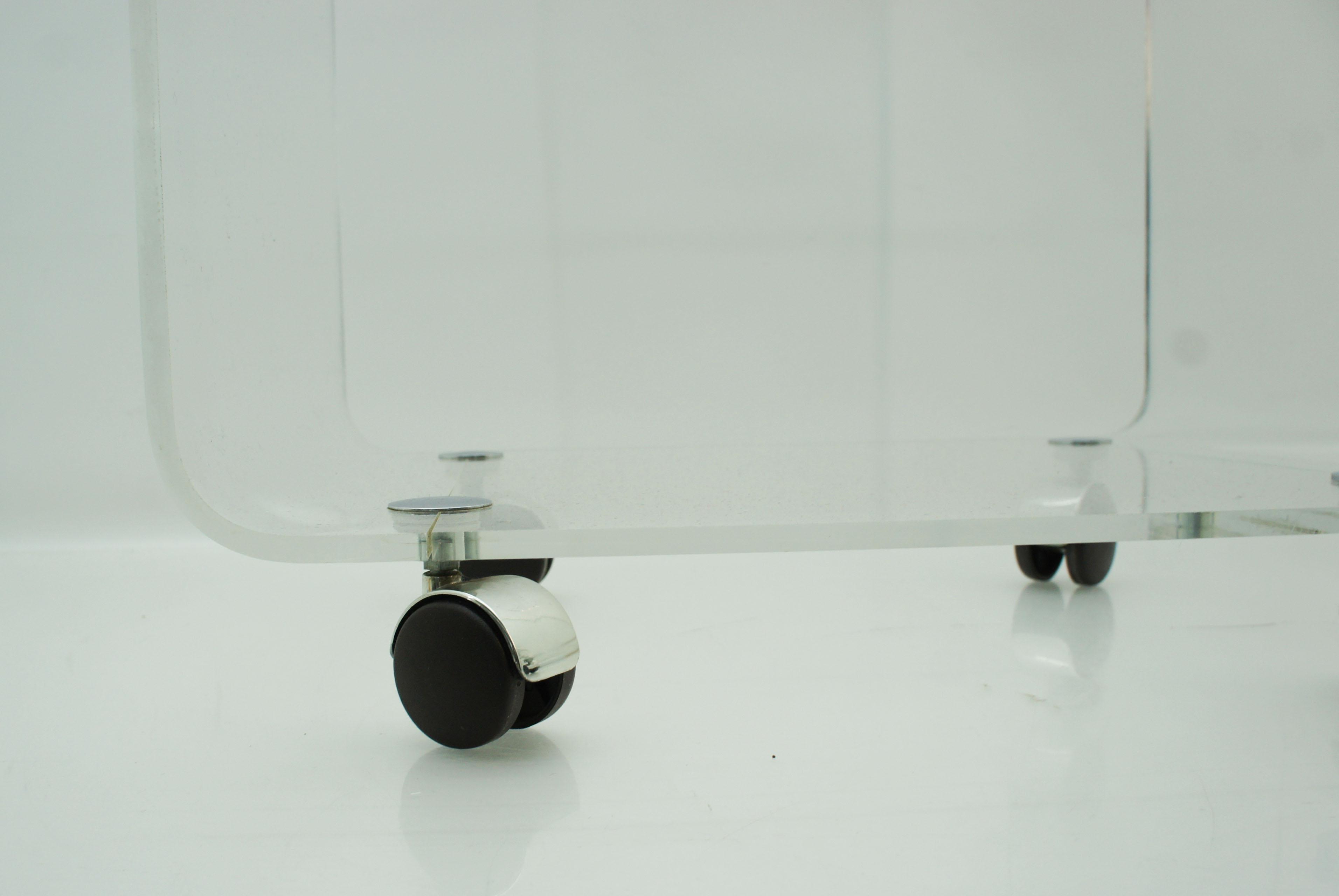 beistelltisch acryl rollen energiemakeovernop. Black Bedroom Furniture Sets. Home Design Ideas